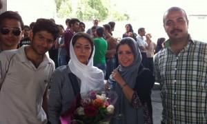 Atefeh Nabavi (con il velo bianco e un mazzo di fiori all'uscita del carcere di Evin)
