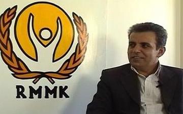 Mohammad Seddigh Kabouvand con il logo dell'Organizzazione dei diritti umani del Kuristan