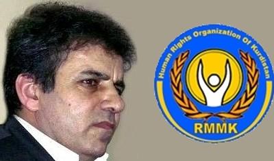Mohammad Sedigh Kaboudvand con il logo dell'RMMK, l'Organizzazione per i diritti umani del Kurdistan