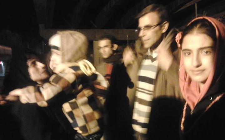 Nasrin Sotoudeh abbraccia il figlioletto Nima prima di rientrare a Evin. Al centro il marito Reza Khandan, a destra la figlia maggiore Mehraveh
