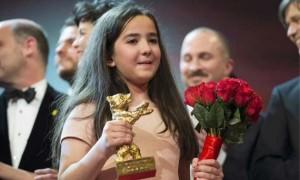 La nipote di Jafar Panahi ritira l'Orso d'Oro al Festival di Berlino